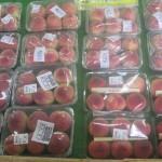 甘い桃が店頭に並んでいます